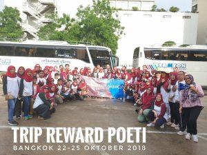 Foto dahulu sebelum naik bus tur reward poeti