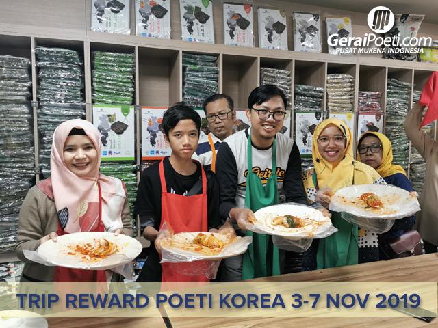Poeti belajar membuat Kimchi